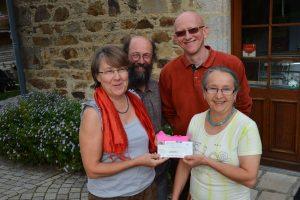 Remise d'un chèque pour l'association par Elisabeth Meignan.